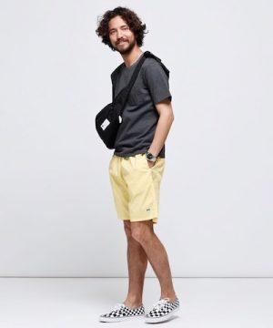 黒のTシャツ×黄色のハーフパンツ