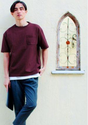 ワインレッドのTシャツ 夏コーデ