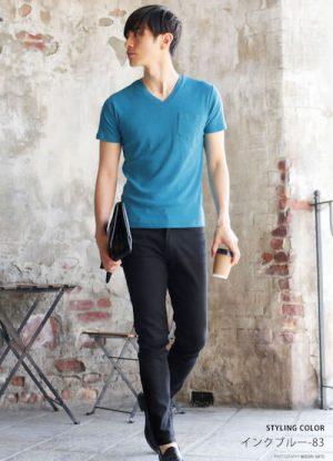 インクブルーのTシャツ×黒のスキニーパンツ