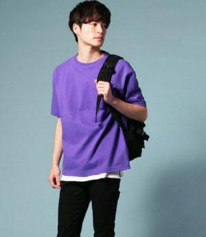 パープルのTシャツ×黒のスキニーパンツ