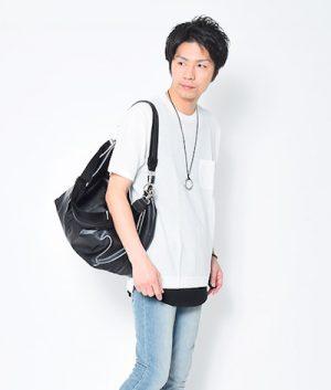 白の無地Tシャツ×黒のロング丈タンクトップ
