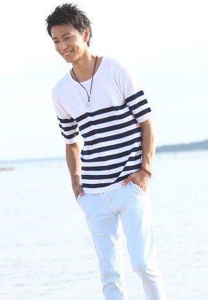白のボーダーTシャツ×サックスブルーのアンクルパンツ
