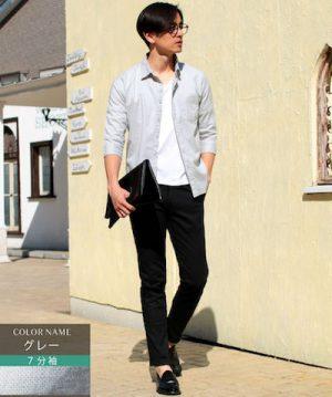 グレーのリネンシャツ×白の無地Tシャツ