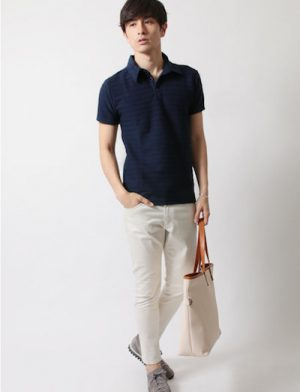 ネイビーのポロシャツ×白のスキニーパンツ
