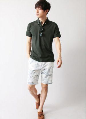オリーブのポロシャツ×アロハ柄のハーフパンツ