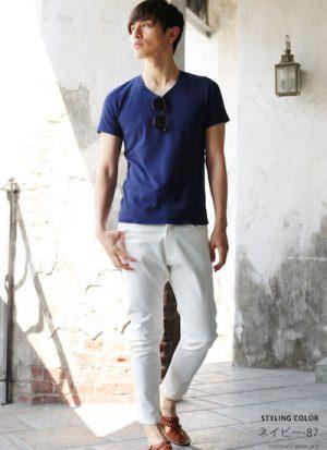 ブルーのTシャツ×ホワイトデニム