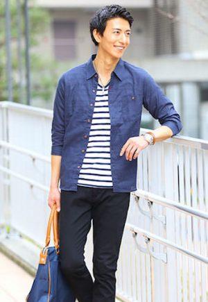 ネイビーのリネンシャツ×黒のスキニーパンツ