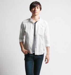 白のリネンシャツ×黒のクロップドパンツ