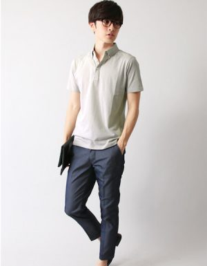 グレーのポロシャツ×黒のクラッチバッグ