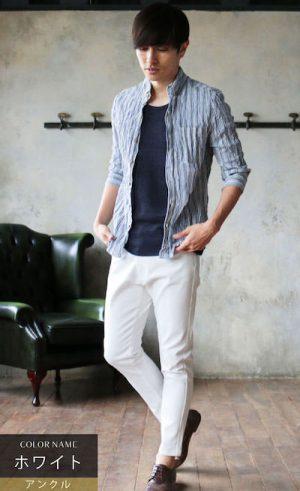 ライトブルーのリネンシャツ×白のアンクルパンツ