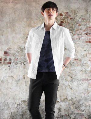 白のリネンシャツ×黒のサマースラックス