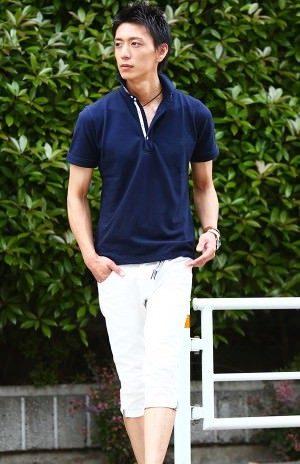 ネイビーのポロシャツ×白のクロップドパンツ