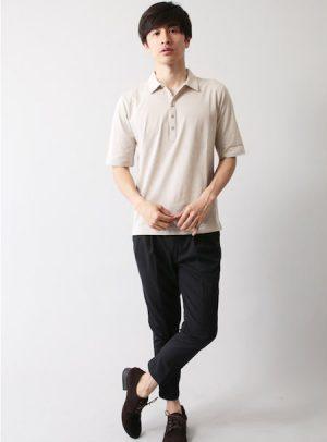 ベージュのポロシャツ×黒のアンクルパンツ