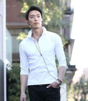 白のポロシャツ×黒のデニム