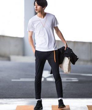 白の無地Tシャツ×黒のスキニーデニム