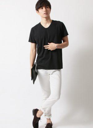 黒のTシャツ×白のアンクルパンツ