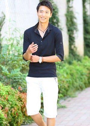 黒のポロシャツ×白のクロップドパンツ