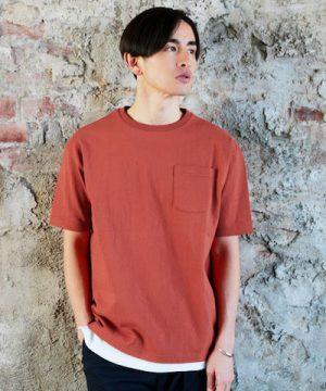 オレンジ色のクルーネックTシャツ