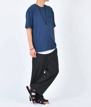 ネイビーのビッグシルエットTシャツ×黒のワイドパンツ