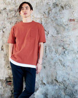 オレンジ色のTシャツ×白のロングタンクトップ