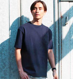 ネイビーのクルーネックTシャツ メンズファッション