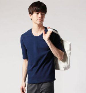 ネイビーのUネックTシャツ×白のキャンパストートバッグ