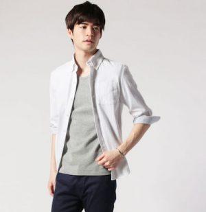 白のオックスフォードシャツ×グレーのTシャツ
