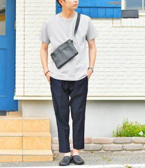 ライトグレーのクルーネックTシャツ×黒のアンクルパンツ