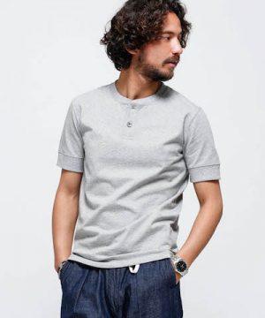 グレーのヘンリーネックTシャツ メンズファッション