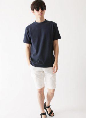 ネイビーのモックネックTシャツ×白のハーフパンツ