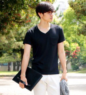 黒のVネックTシャツ 夏
