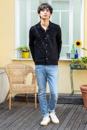 黒のシャツにユーズドデニム